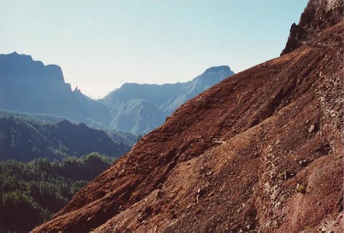 Piedra Rajada (Bco. de Los Cantos de Turugumay). Zonas con grandes pendientes y sin vegetación por los arruí en el interior del Parque
